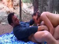 Tube d'un couple libertin qui baise dans les bois
