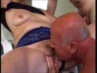 Vieille salope baisée par deux mecs