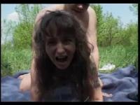 Orgasme en pleine nature pour une brune bouillante