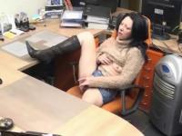 La secrétaire se gode pendant sa pause