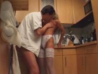Couple qui baise dans la cuisine