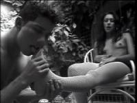 Vidéo de deux transexuels dominant avec un mec